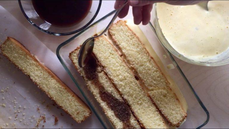 In una teglia (diametro circa 20 cm) disporre sul fondo un paio di cucchiai di crema al mascarpone e poi uno strato di fette di torta.