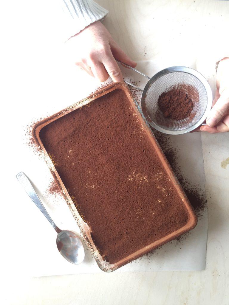 Distribuire in superficie abbondante il cacao amaro. Far riposare in freezer per almeno un'ora prima di servire.