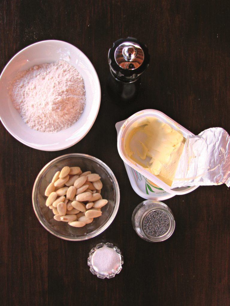 Ridurre in farina le mandorle e unirle ad un pizzico di sale in un mixer. Unire gli altri ingredienti e impastarli fino a ottenere un impasto morbido e omogeneo. Stenderlo su un piano ben infarinato aiutandosi<br /> con un matterello fino a ottenere uno spessore di circa 5 mm.
