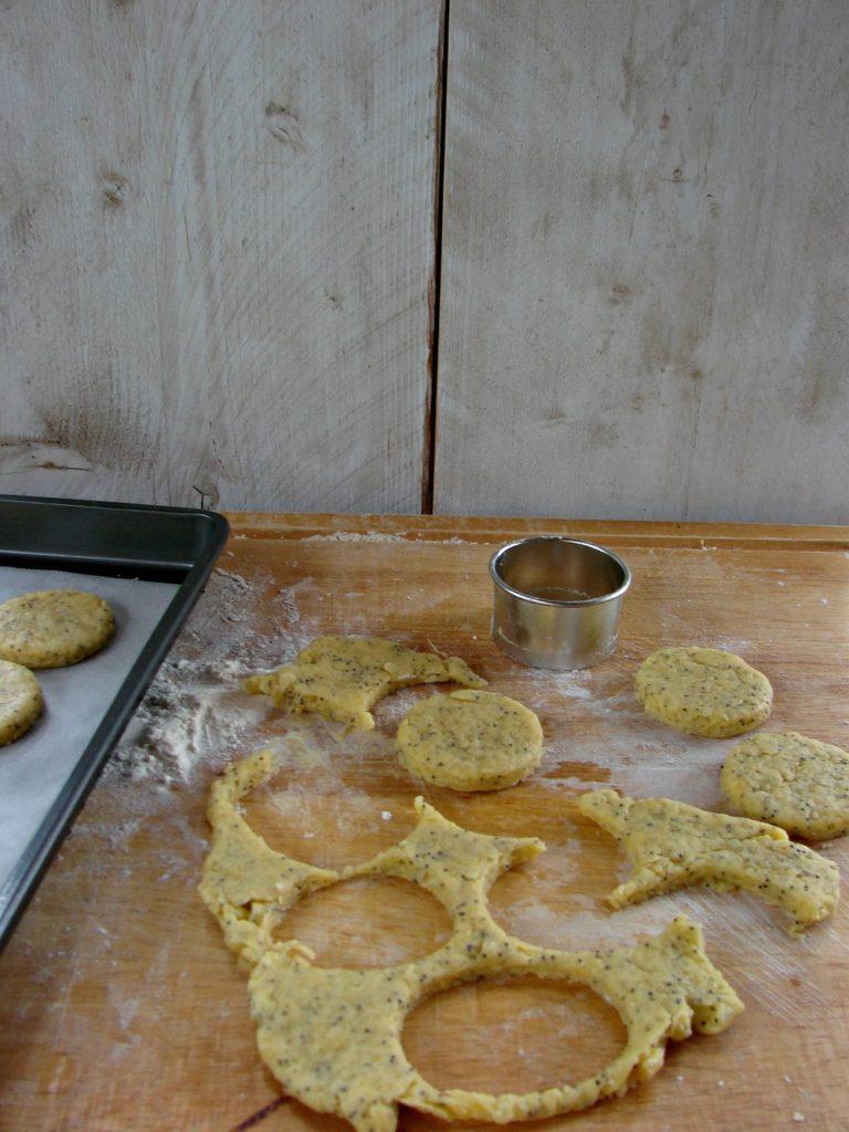 Con un coppapasta da 5 cm, realizzare dei biscotti e porli su una placca foderata con carta forno; rimpastare i ritagli e continuare a coppare<br /> biscotti fino a esaurimento della pasta. Riporre in frigo la placca per almeno mezz'ora e portare il forno a una temperatura di 180.