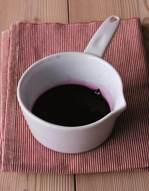 In un tegame portare a ebollizione i bicchieri di vino rosso con la foglia di alloro e le bacche di ginepro fino a ridurlo a circa la metà.