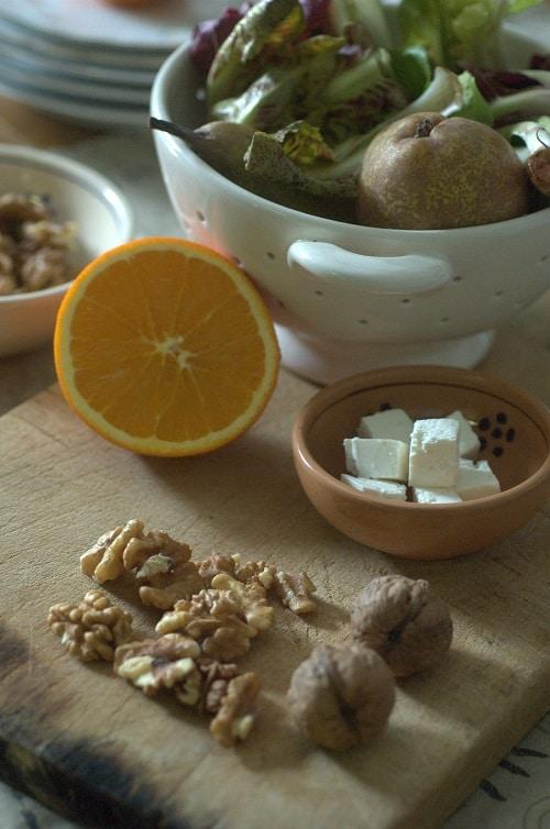Tritare grossolanamente i gherigli. Tagliare in<br /> piccola dadolata il quartirolo.<br /> In una ciotola mettere i radicchietti e condirli<br /> con il succo dell'arancia mescolato con un cucchiaino<br /> di olio extravergine d'oliva e un pizzico di<br /> sale. Mescolare bene e metterli in una ciotola unitamente<br /> agli altri ingredienti: gli spicchi d'arancia<br /> e di pera, il quartirolo e le noci.