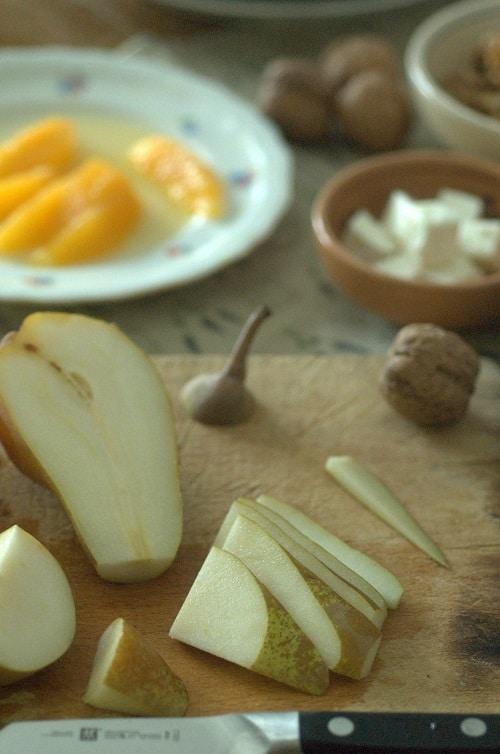 Lavare e mondare i radicchi. Lavare la pera e<br /> tagliarne metà a spicchi sottili (senza sbucciarla).