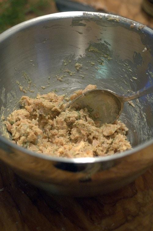 Lasciar raffreddare e tritare grossolanamente la polpa in punta di coltello (come fosse una tartare). In una ciotola unire la carne e la salsa ottenuta stemperando la senape con la Sambuca e successivamente l'olio a filo, aiutandosi con una frusta, come se fosse una maionese.