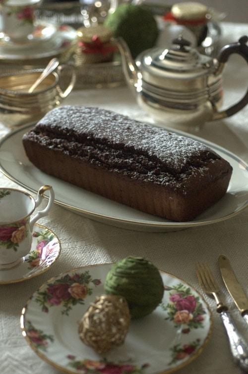 Lasciare raffreddare e servire a fette, volendo, con una composta di fichi, una marmellata di arance amare, una pallina di gelato alla vaniglia o<br /> una ganasce di cioccolato fondente (preparata con 100 g di cioccolato fondente sciolto a bagnomaria, semplicissimo).