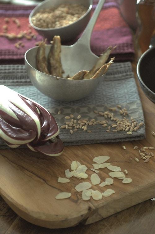 Eviscerare le alici, privarle della testa, lavarle<br /> e asciugarle con carta casa, aprirle a libro e marinarle per 30 minuti in un contenitore di vetro con il succo del limone, il peperoncino tritato grossolanamente e qualche foglia di timo fresco. Lessare per circa 20 minuti il farro in acqua salata, scolare, condire con un cucchiaio d'olio<br /> extravergine d'oliva e mettere da parte.