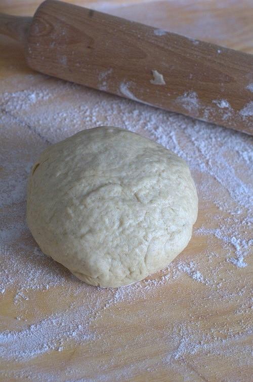 In una terrina mescolare Vallé  Omega3, 125 gr di acqua tiepida e il sale. Unire gradatamente la farina setacciata e lavorare l'impasto fino a ottenere<br /> un palla liscia e morbida. Riporla in una ciotola, coprirla con della pellicola e lasciarla riposare a temperatura ambiente per un'ora.