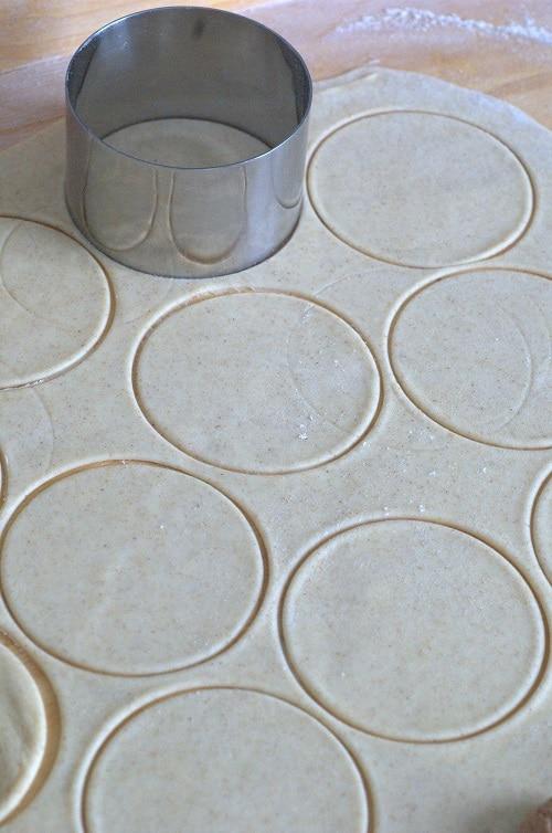 Stendere la pasta sottilmente e con un coppapasta ottenere dei dischi del diametro di 5-6 cm.