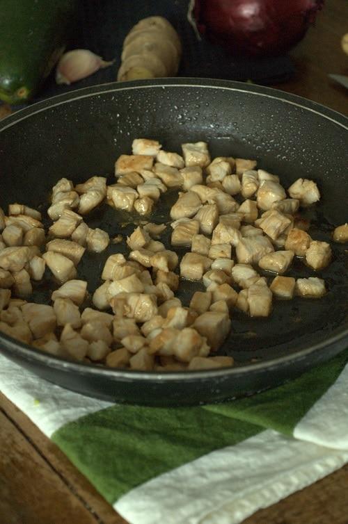 Sgocciolare i filetti dalla marinatura, tagliarli in dadolata e saltarli in una padella dal fondo pesante o anti aderente con un filo di olio extravergine d'oliva per 3-4 minuti, unire la dadolata di verdure e saltare per altri 2 minuti.