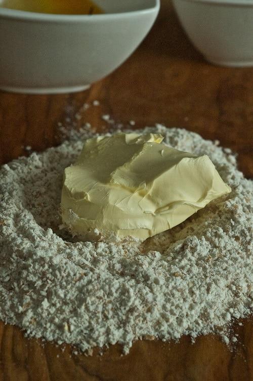 """Nella planetaria (o in una ciotola) inserire la farina setacciata con il lievito e Vallé Omega3 e lavorare gli ingredienti fino a ottenere un impasto<br /> """"sabbioso""""; unire lo zucchero mescolato al coriandolo e infine le uova sbattute."""