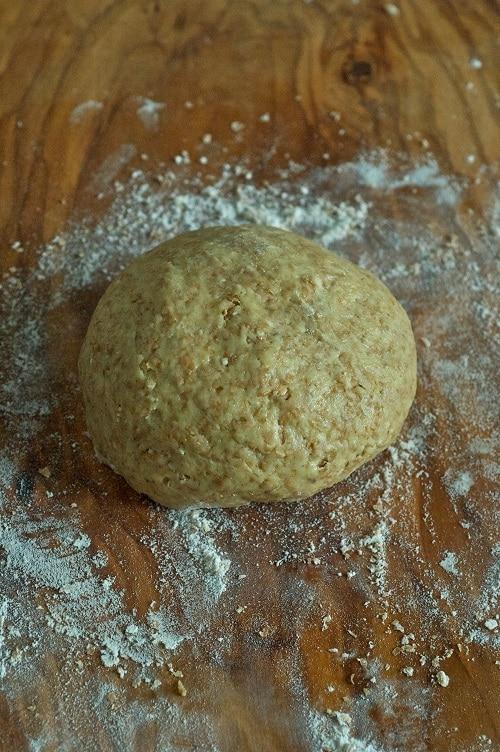 Lavorare l'impasto fino ad ottenere un panetto liscio e composto. Lasciarlo<br /> riposare, coperto da un panno pulito, per circa un'ora.