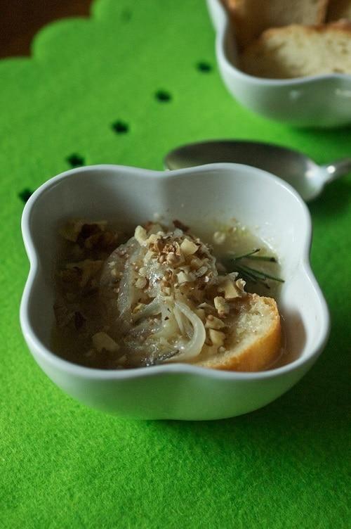 """Zuppa di cipolle """"integrale"""" con rosmarino e noci"""