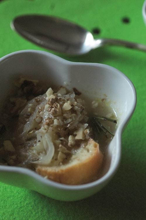 Servire subito decorando a piacere con la granella di noci.