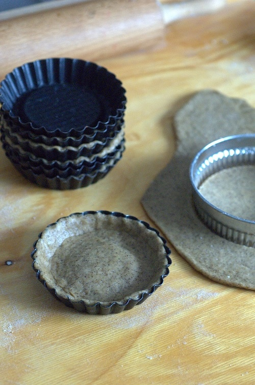 Quindi stenderla dello spessore di 3 mm e ricoprire 10 stampini; cuocere<br /> in bianco, dopo aver bucherellato il fondo con i rebbi di una forchetta e diposto dei pesi (potete usare dei legumi secchi o delle biglie di ceramica),<br /> a 180° per circa 15 minuti e continuare per altri 3-5 minuti, una volta tolti i pesi, per raggiungere la giusta colorazione. Sfornare, lasciar raffreddare e<br /> mettere da parte.