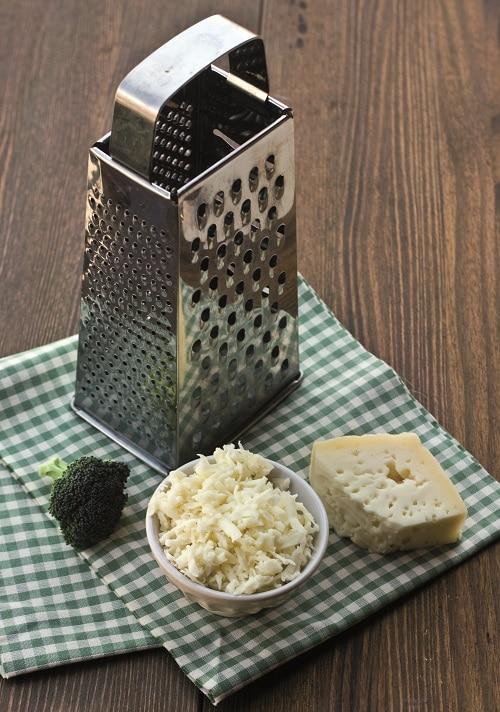 Sminuzzare la cipolla e farla imbiondire in<br /> padella con un cucchiaio di olio, aggiungere i 2<br /> cucchiai di farina di tapioca e lasciare cuocere per<br /> un paio di minuti.