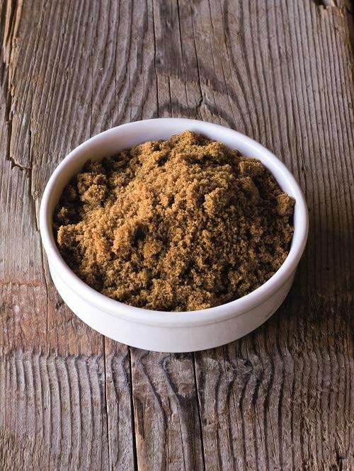 In una ciotola setacciare tutti gli ingredienti<br /> secchi: le farine con lo zucchero, il lievito, il sale e il bicarbonato.