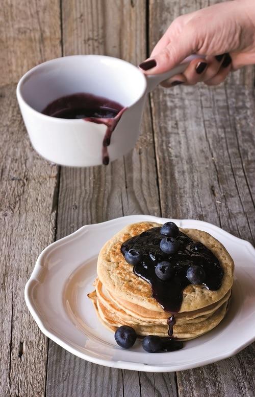 Pancakes al farro con sciroppo d'acero e mirtilli