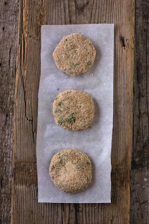 Con le mani creare degli hamburger e impanarli nel pangrattato integrale, cuocerli per qualche minuto per lato su una piastra anti aderente appena<br /> unta di olio.