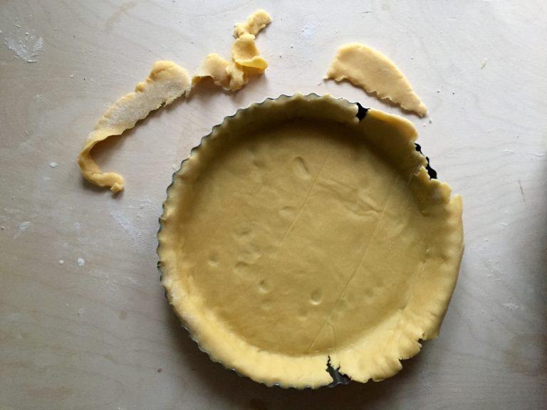 Con la metà della frolla foderare una teglia per crostate del diametro di 22 cm.