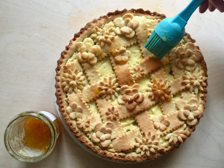 Per decorare potrete spennellare la superficie con gelatina di arance leggermente riscaldata o miele al-lungato con un cucchiaino di acqua o gelatina per dolci o semplicemente con zucchero a velo.
