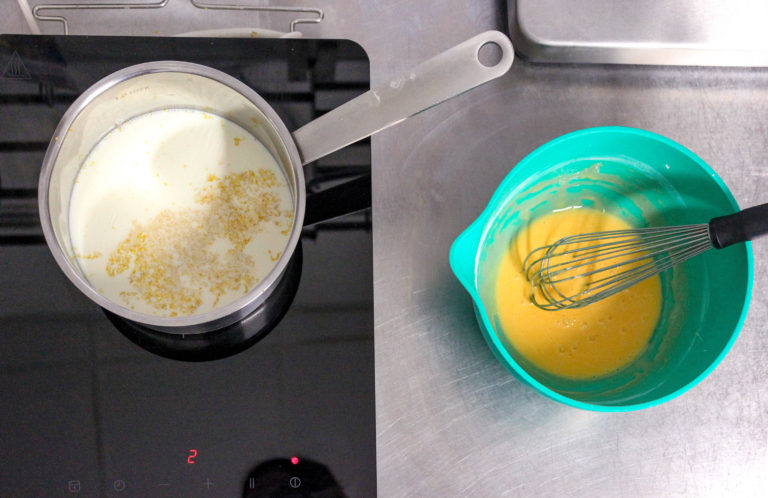 Prepariamo la crema pasticcera: portiamo a bollore in un pentolino il latte fresco con la scorza di limone. Nel frattempo misceliamo in una ciotola lo zucchero con l'amido mais. Una volta amalgamati uniamo i tuorli mescolando benissimo per evitare la formazione di grumi.