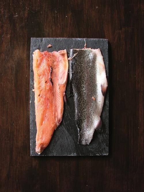 Tritare le erbe aromatiche, unirle alla scorza<br /> del limone e alla farina di pistacchi. Sistemare il primo filetto dal lato della pelle sulle patate, salare e cospargere con metà del trito; quindi irrorare con un filo di olio. Incidere con un coltello la pelle del secondo filetto, appoggiarlo sul primo ricomponendo così il pesce. Cospargere con il trito rimanente.