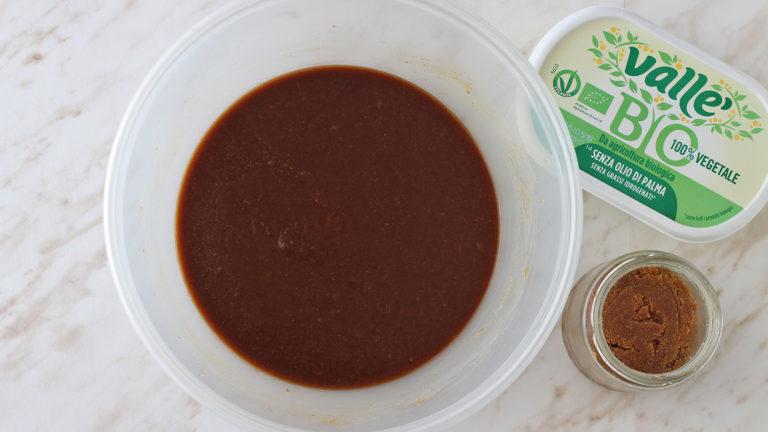Mettete insieme in una ciotola il burro di arachidi e Vallé Bio ammorbiditi con lo zucchero ed il sale. Mescolate con una frusta fino a ottenere un composto liscio e leggermente montato.