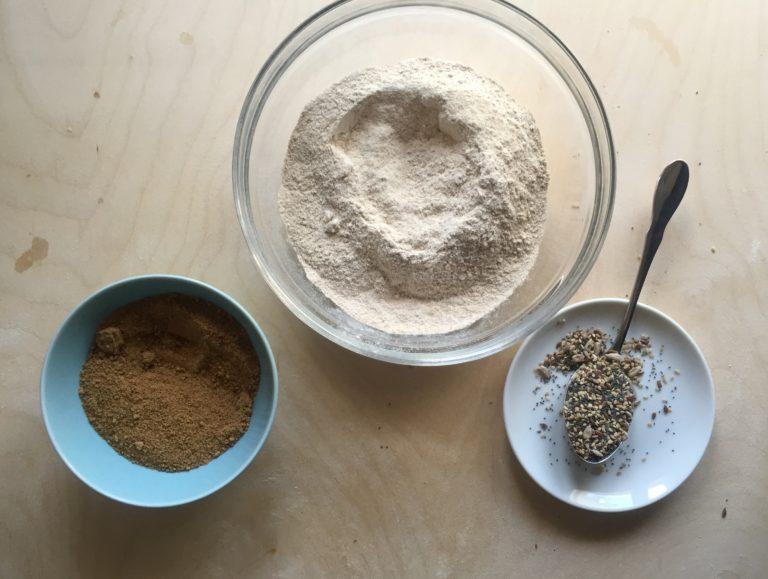 In una ciotola mescolare la farina, lo zucchero di canna integrale e i semi.
