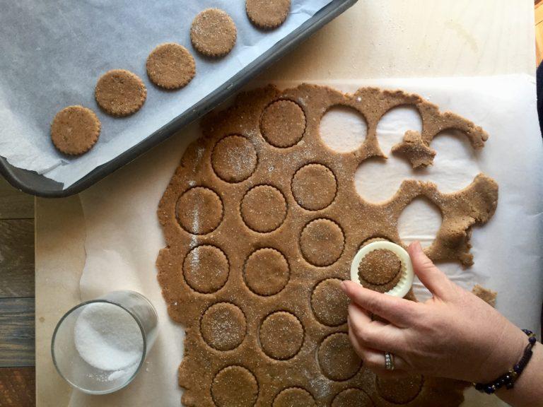 Stendere l'impasto dello spessore di mezzo cm. Tagliare tanti biscotti con la vostra formina preferita e spolverizzate con poco zucchero semolato.