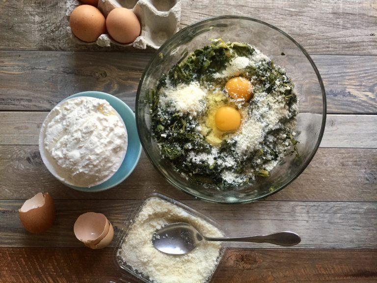 Aggiungere uova, formaggio e noce moscata e mescolare.