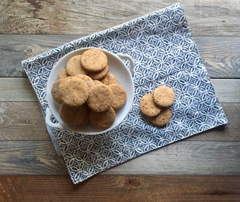 Tagliare tanti biscotti con la vostra formina preferita e spolverizzate con poco zucchero semolato. Cuocere in forno caldo a 180° per 15 minuti circa.