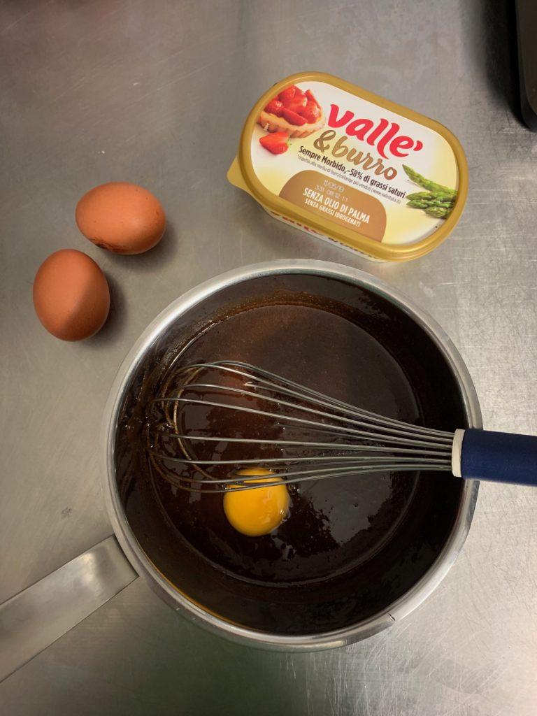 Unire le uova una alla volta per farle assorbire bene dall'impasto. Unire il cacao amaro, la farina e il sale.