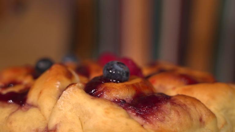 Lasciate raffreddare, guarnite con lamponi e mirtilli, cospargete con lo zucchero a velo e  servite la Torta di Rose con marmellata senza burro!