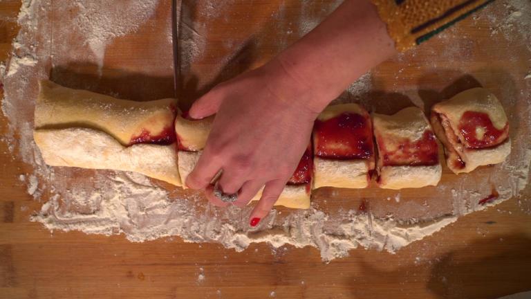 Tagliate con un coltello le rondelle. Con le mani aggiustatele e date delle forme tonde.