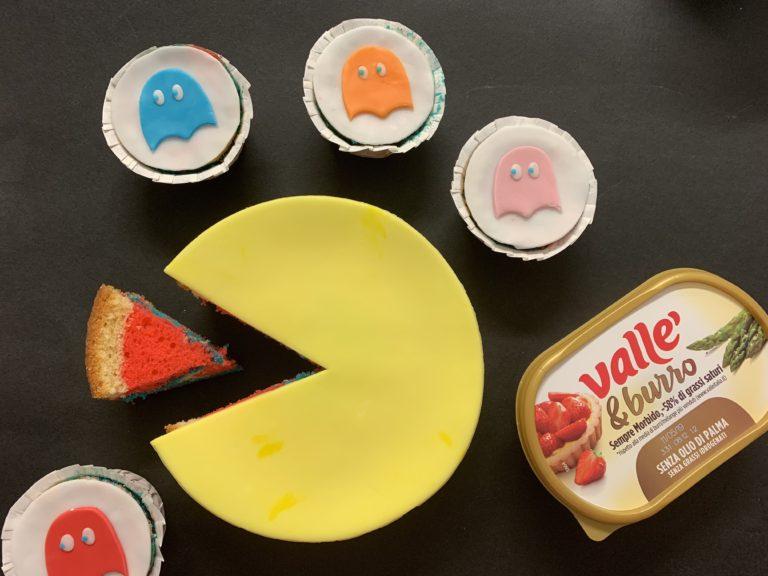 Cuocere in forno caldo a 160°C per circa 20-25 minuti o finchè facendo la prova stecchino risulti ben asciutto. Fare raffreddare bene, tagliare la calotta in superficie per rendere la torta e i cupcakes piani e decorare con pasta di zucchero creando pac-man sulla torta grande mentre sui cupcakes i fantasmini colorati. Buon divertimento!