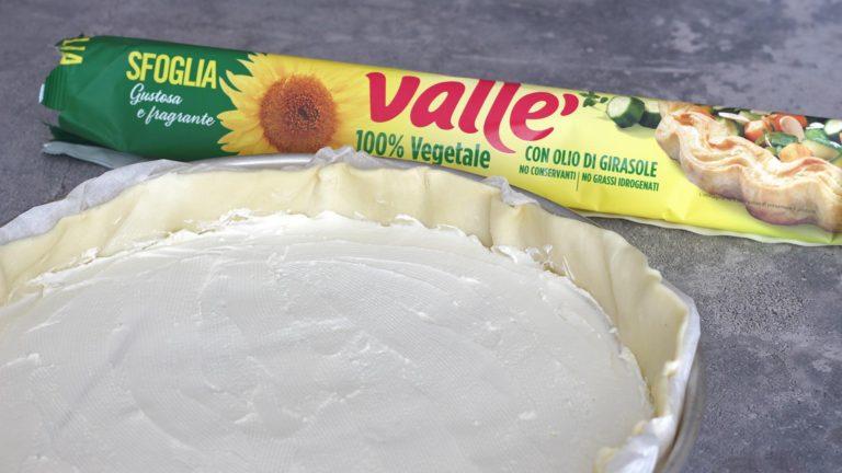 Accendete il forno a 200°C. Disponete la sfoglia Vallé, compresa della carta forno, all'interno di una teglia rotonda da 26cm di diametro. Versateci lo yogurt e livellatelo per avere uno strato uniforme.