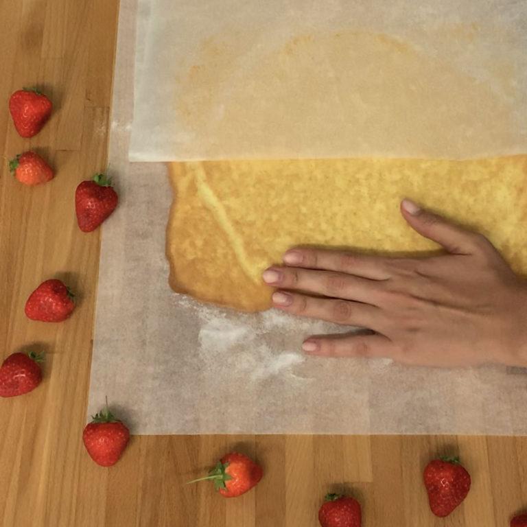 Stendere su teglia rivestita con carta da forno e cuocere in forno già caldo a 180°C per circa 15 minuti. Togliere il rotolo dal forno, spolverizzare subito con abbondante zucchero ed arrotolare su sé stesso da caldo, facendolo raffreddare così.