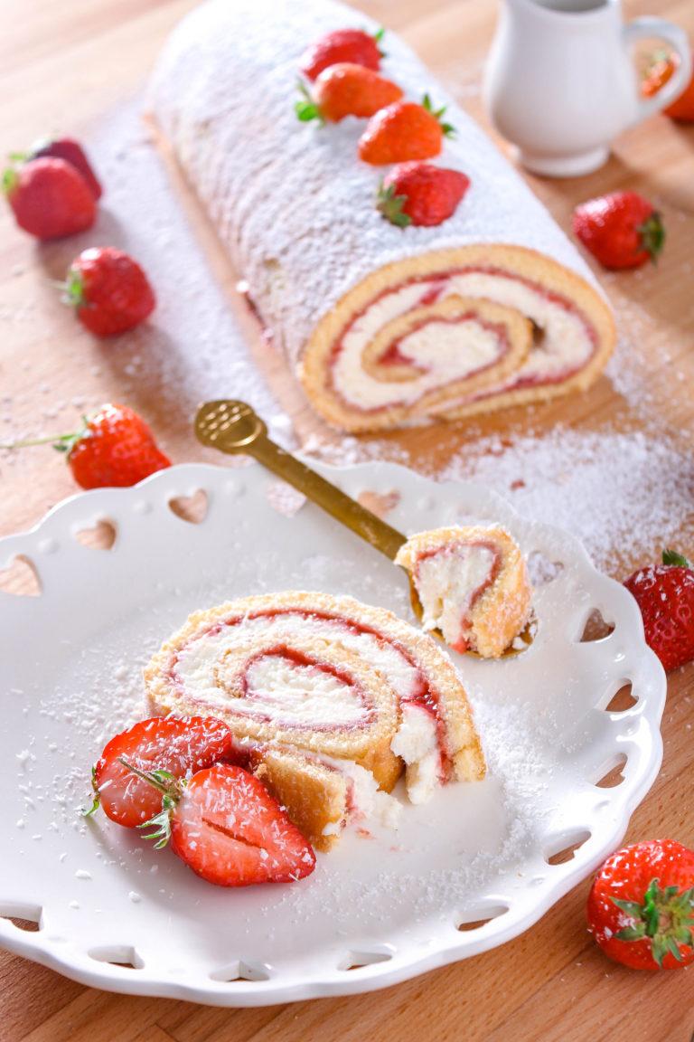 Decoriamo con fragole tagliate a metà e abbondante zucchero a velo, pronto da servire in tavola!