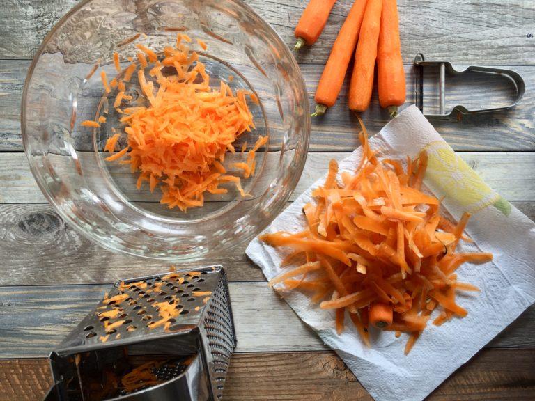 Sbucciare le carote e grattugiarle finemente