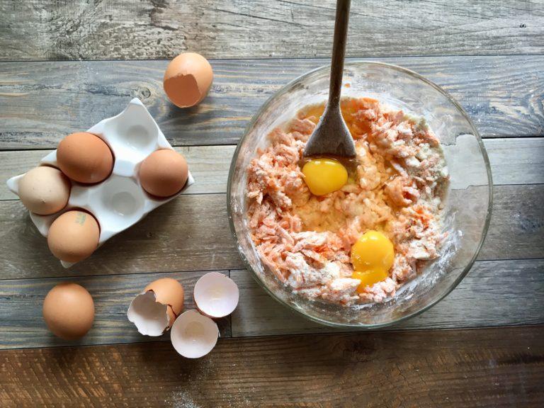 Aggiungere le uova.