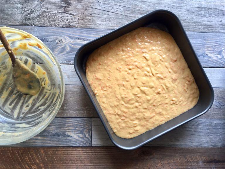 Ungere una teglia quadrata (20 x 20) e versare l'impasto. Cuocere a 170° per circa 30 minuti (fare la prova stecchino).