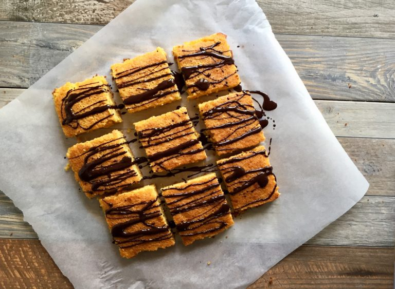 Sciogliere il cioccolato al microonde o a bagnomaria e, con l'aiuto di un cucchiaio, lasciar cadere tanti 'fili' per decorare.