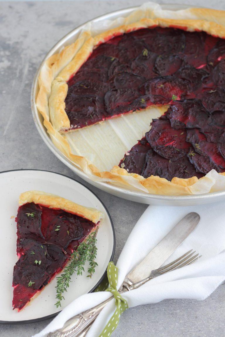 Ripiegate all'interno i bordi della sfoglia e pennellate tutta la superficie della torta con l'olio. Fatela cuocere per 30 minuti, quindi lasciatela intiepidire prima di gustarla.