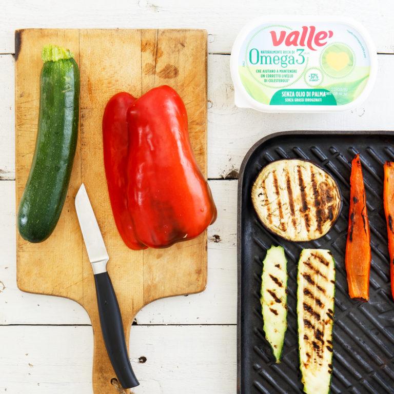 Pelare e tagliare sottilmente le zucchine, il peperone e la melanzana e grigliare a parte.