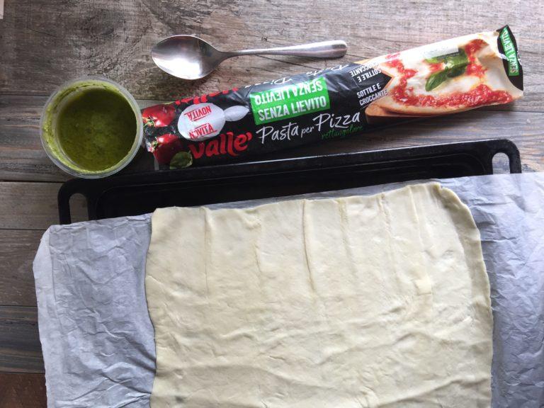 Srotolare la Pasta per Pizza Vallé su un piano di lavoro.