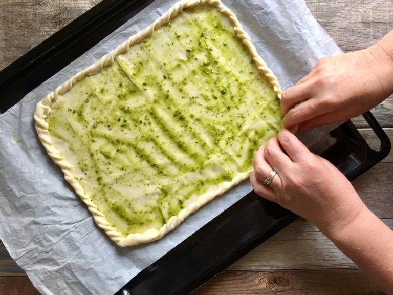 Arrotolare i bordi della pasta e infornare per 15 minuti a 200° in forno già caldo.