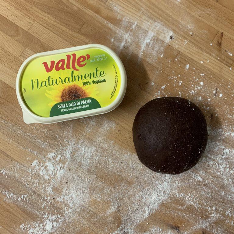Unire le farine, quindi farina, lievito e cacao amaro in polvere. Lavorare finché non ci sono più tracce di farina. Facciamo riposare in frigorifero per almeno 30 minuti.