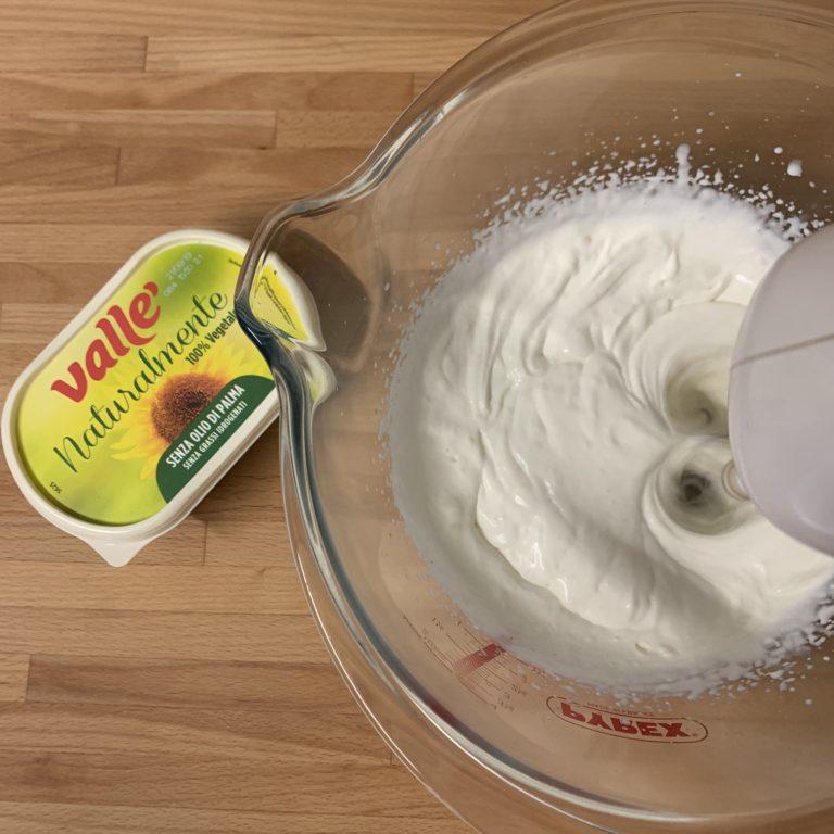 Prepariamo il gelato alla panna montando in una ciotola il latte condensato con la panna e l'aroma di vaniglia. Mettiamo in frigorifero.