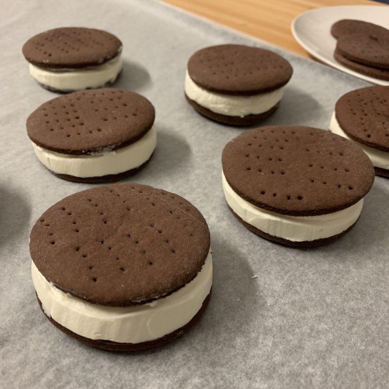 Una volta freddi farciamo i nostri biscotti gelato con l'aiuto di una sac a poche.