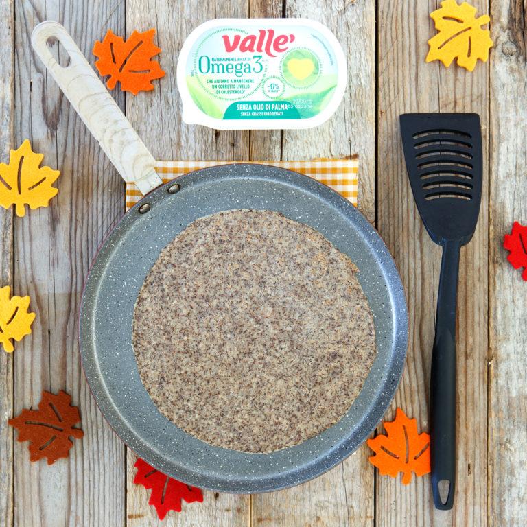 Ungere un padellino antiaderente con Vallé Omega 3 e scaldare bene. Versare un mestolo di pastella e subito roteare la padella in modo che la pastella si distribuisca in modo uniforme. Cuocere per un paio di minuti a fiamma media prima di girare la crêpe
